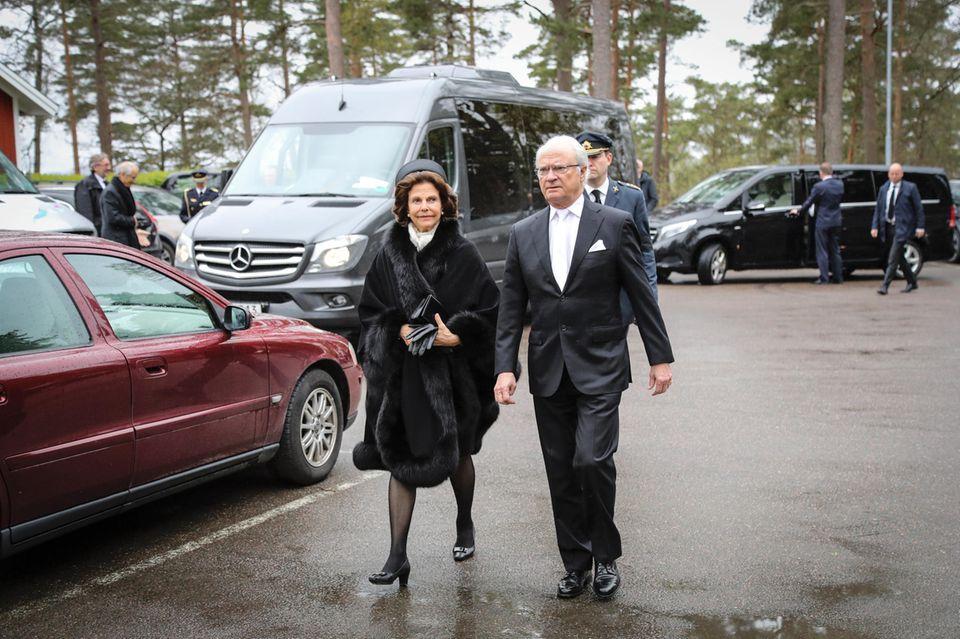 König Carl Gustaf sagt seinem Schwager Lebwohl. An seiner Seite: Seine Ehefrau Königin Silvia von Schweden