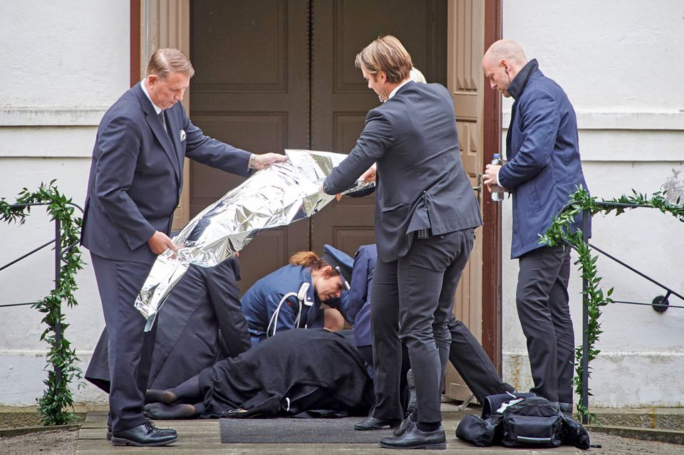 Ein Gast bricht bei der Beerdigung von Nicolas Silfverschiöld zusammen.