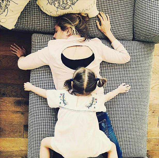 12. Mai 2017  Zuckerschock bei Ayda Field und Theodora. Während Mama erschöpft auf der Couch zusammenbricht, sieht man der kleinen Teddy die Energie noch an.
