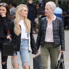 Auf ihrer Shopping-Tour durch Chelsea steht Model Lottie Moss ihre Mutter Inger als Fashion-Beraterin zur Seite. Wertvolle Tipps sollte sie in jedem Fall auf Lager haben, ist sie doch Leiterin einer Model-Agentur. Und sollte die Moss-Matriarchin einmal nicht weiter wissen, kann Lottie ja auch immer noch Schwester Kate fragen.