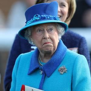 Auf der Rennbahn fiebert Queen Elizabeth mit ihrem Pferd mit - und zwischendurch sieht es so aus, als wenn der royale Vierbeiner seine Sache nicht zur Zufriedenheit seiner Besitzerin macht. Das Gesicht der Königin spricht Bände.