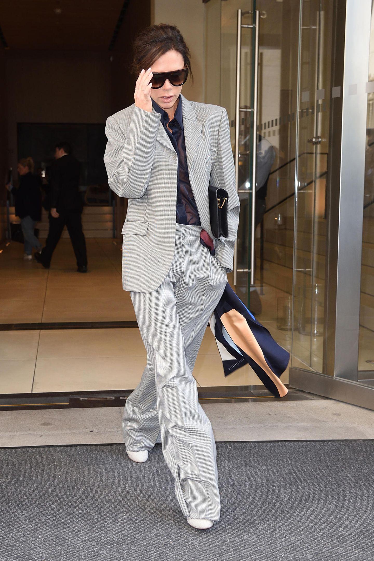 Hat sich Victoria Beckham im Kleiderschrank verirrt und aus Versehen den Anzug von ihrem Ehemann David Beckham gegriffen? Sie kann den Marlene-Look auf jeden Fall tragen und sieht fantastisch darin aus.