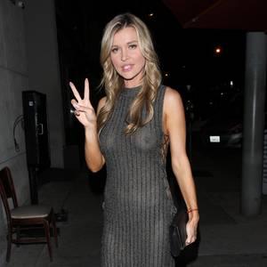 Model und Schauspielerin Joanna Krupa ist sich bewusst, dass dieses Kleid transparent ist und nicht nur ihrer Silhouette schmeichelt, auch ihre Brüste und kommen perfekt zur Geltung. Wir finden weniger Transparenz wäre mehr gewesen.