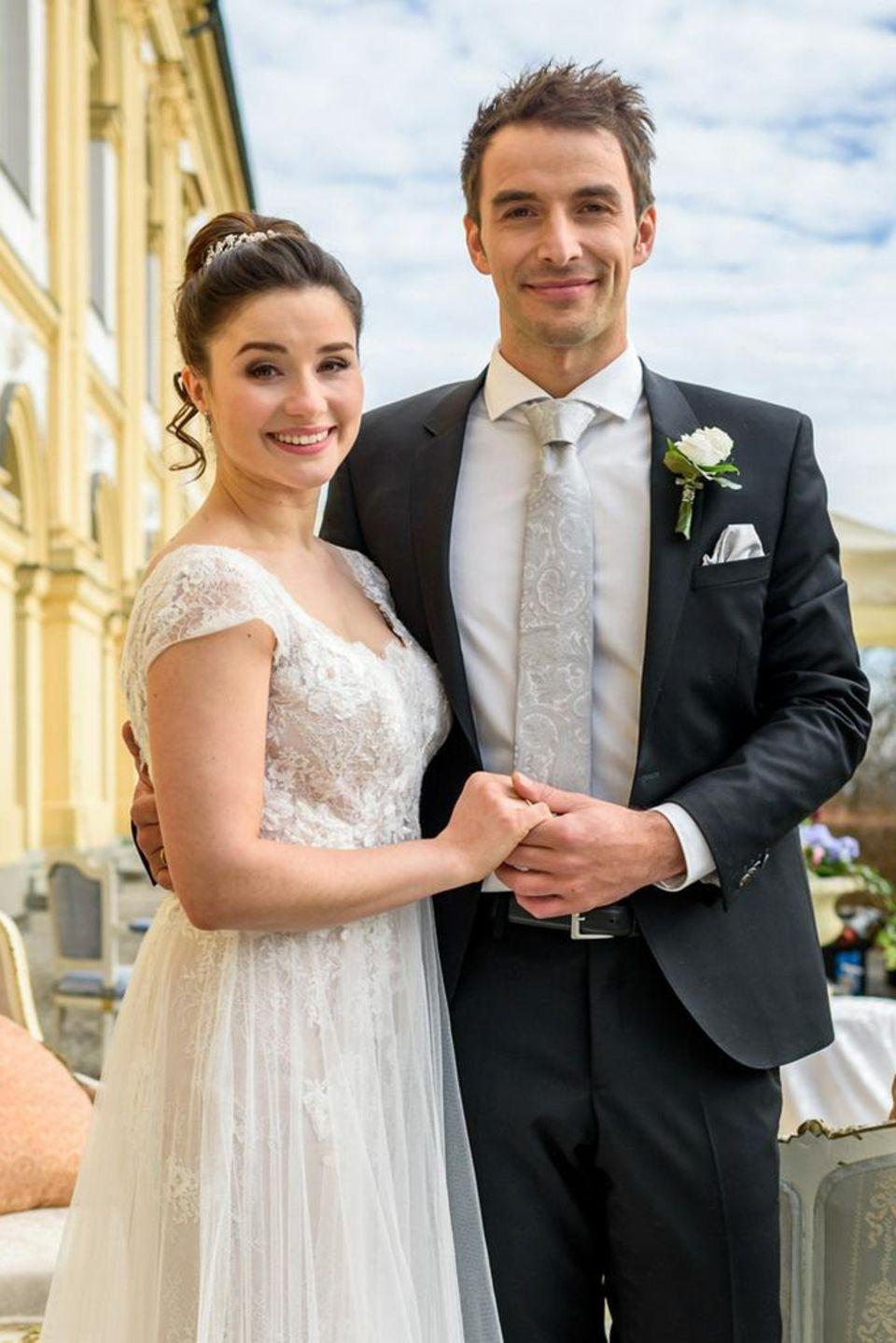 Clara Morgenstern (Jeannine Wacker) und Adrian Lechner (Max Alberti) feiern Hochzeit