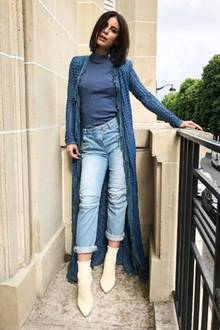 Für ein Shooting mit L'Oréal und Balmain wurde Lena komplett (bis auf die Schuhe) von dem französischen Kult-Modehaus eingekleidet. Auf einem Balkon in Paris präsentiert sie ihren Fans mit diesem Schnappschuss das in Blau gehaltene High-Fashion-Outfit. Parfait! Oder was meinen Sie?
