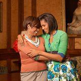 """Zwei Ladies voller Klasse: Michelle Obama postete dieses Foto, auf dem sie ihre Mutter herzt: """"Frohen Muttertag für meine Mutter. Ich strebe danach, für meine Mädchen die Mutter zu sein, die du immer für mich warst"""""""