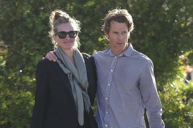 Julia Roberts und Danny Moder laufen Arm in Arm durch Malibu.