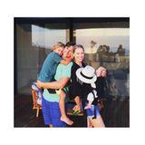 """Karolina Kurkova ist in ihrer kleinen Familie die """"Henne im Korb"""". Sie ist umgeben von Mann Archie Drury und ihren gemeinsamen Söhnen Tobin und Noah."""