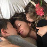 Umarmungen, Küsse und Liebe gibt es in der Familie Brady-Bündchen ohne Grenzen. Wenn Papa Tom einmal aus dem Haus ist, dürfen Vivian und Benjamin sofort zu Topmodel-Mama Gisele ins Bett. Dann heißt es: Kuschel-Zeit!