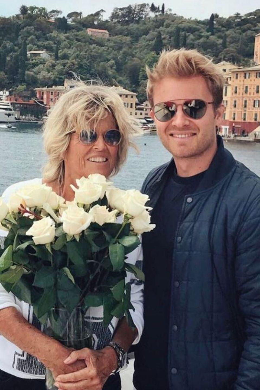 """""""Danke für alles, Mama!"""" - Nico Rosberg hat seiner Mutter zum Muttertag weiße Rosen geschenkt."""