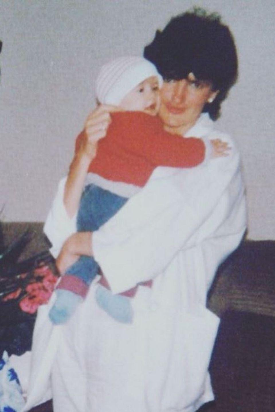 """Isabell Horn gratuliert ihrer Mutter ganz simpel zum Muttertag: """"Mami ich liebe dich!!"""" Dazu teilt sie ein Foto aus guter alter Zeit, als sie noch ein Baby war und ihre Mutter der heutigen Isabell verblüffend ähnlich sah."""
