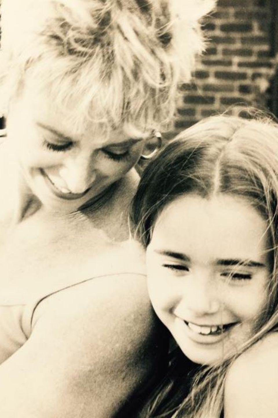 """Lily Collins postet zum Muttertag dieses schöne Foto von ihr und ihrer MutterJill Tavelman. Dazu hat sie emotionale Zeilen geschrieben: """"Ich bin nicht ich selbst ohne dich. Danke für deine Unterstützung vom ersten Tag an. Ich liebe dich über alles."""""""