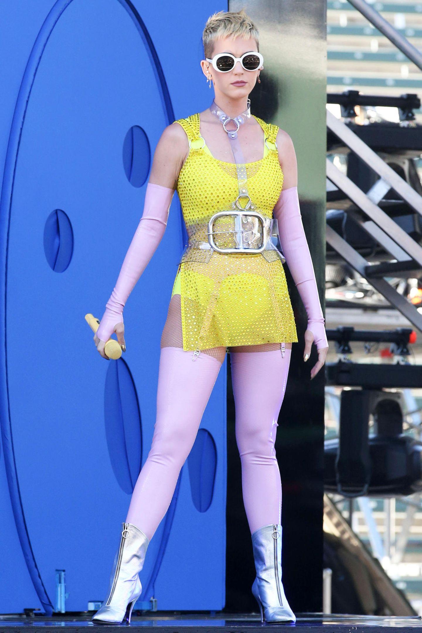 Ups! Was ist das denn für ein gewagter Look? Auf der Bühne darf es ja gerne auch mal etwas mehr - oder auch weniger - sein. Aber hier meinte es Katy Perry wohl etwas zu gut oder? Von der Seite ist dieser Look allerdings noch freizügiger ...