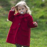 Soles kleine Schwester Celeste spielt ebenfalls im Streifen-Look. Diese befinden sich bei ihr jedoch auf der Hose. Und auch die Farbe Rot taucht bei ihr wieder aus. Bei ihr allerdings als hübscher Mantel. Das nennen wir mal Schwestern-Style.