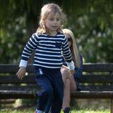 Sole Trussardi tobt sich im Park so richtig aus. Ruhig geht Mama Michelle Hunziker hingegen ihren Look an. Sie wählt für ihren Spross ein einfaches maritimes Shirt mit farblich passender Hose. Besonders lässig: die roten Mini-Chucks.