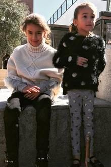 """Valentina und Sienna ist immer mehr anzusehen, wer ihre berühmte Mama ist. Nämlich die """"Victoria's Secret""""-Schönheit Adriana Lima. Nur im Style unterscheiden sich die zwei Star-Sprösse von ihrer Model-Mutter, die gerne elegante Kleider trägt. Lieber tragen sie ganz kindgerecht bequeme Leggings und kuschelige Pullis."""