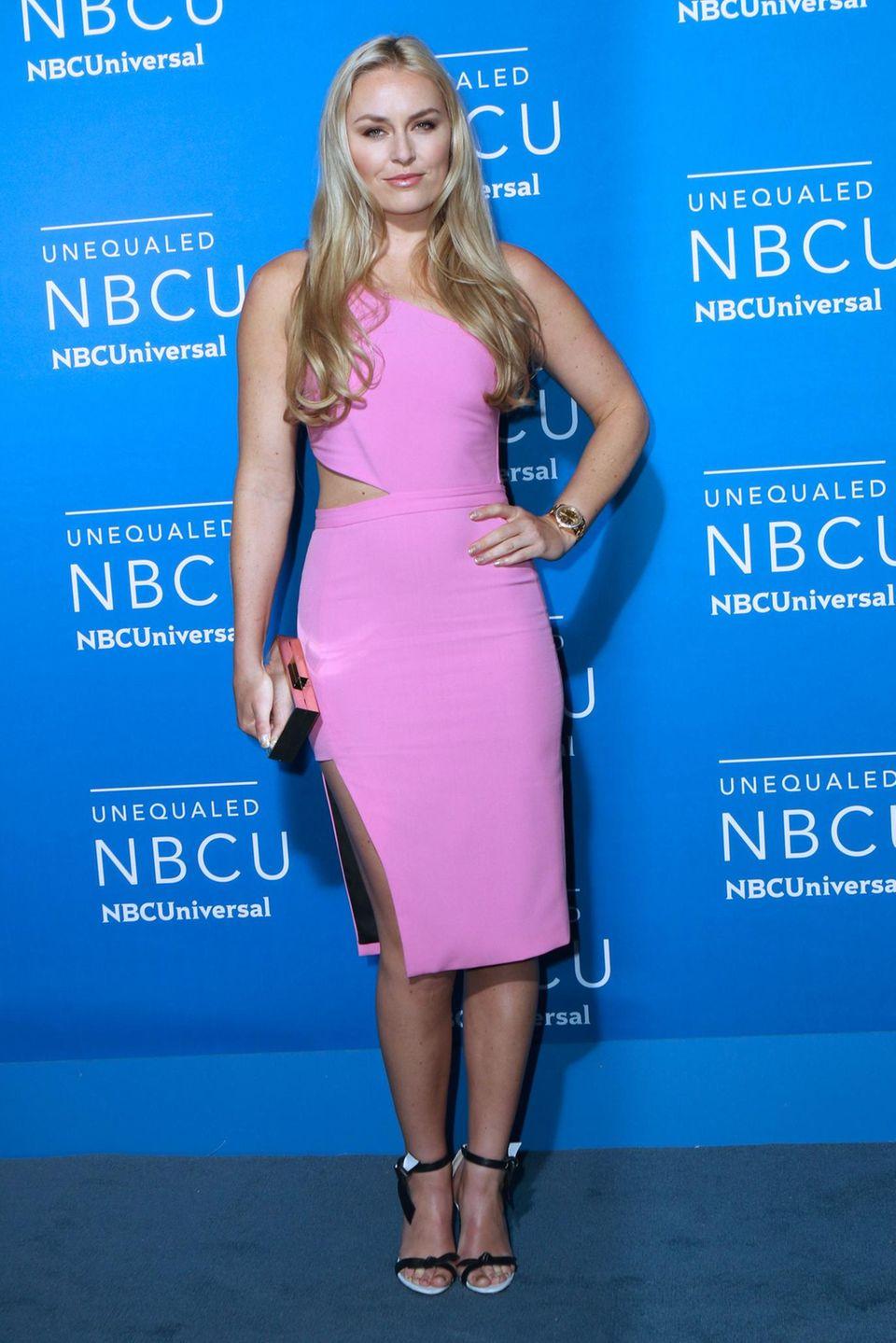 Barbie-Alarm? Lindsey Vonn, die neuerdings auf keinem roten Teppich fehlen darf, überzeugt in ihrem pinken Kleid mit seitlichem Cut-out diesmal nicht.
