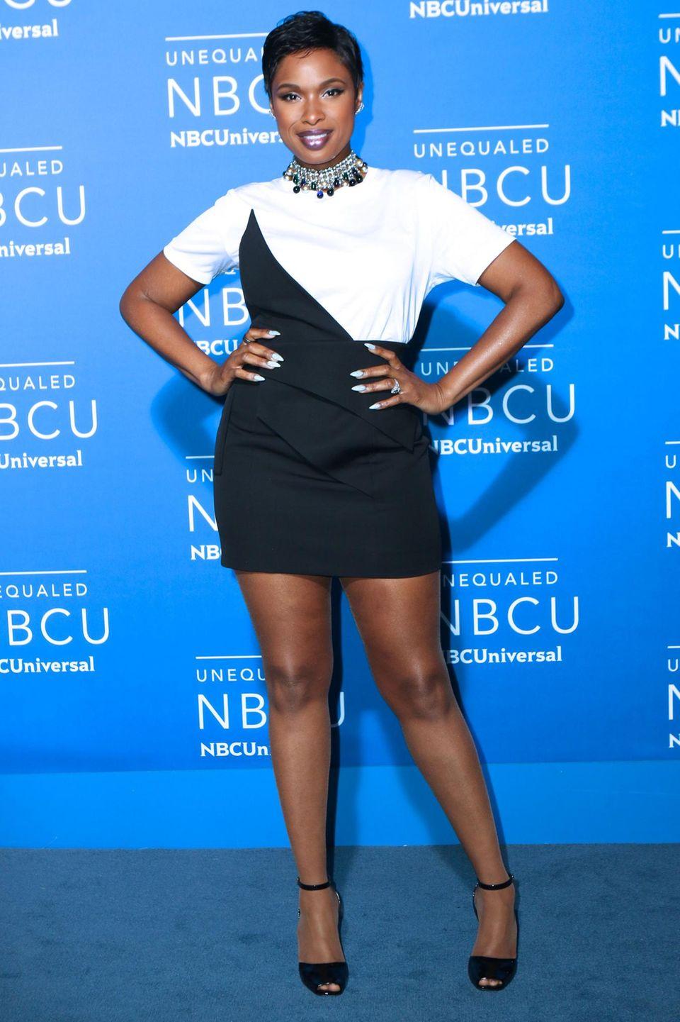 Jennifer Hudson hat danebengegriffen: Ihr Minikleid ist zu kurz, ihr Oberteil sieht aus wie ein simples T-Shirt.