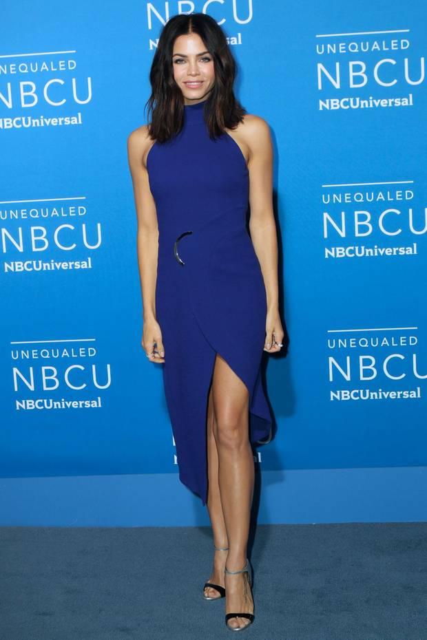 Wow! Jenna Dewan Tatum sieht in ihrem ärmellosen nachtblauen Kleid atemberaubend aus.