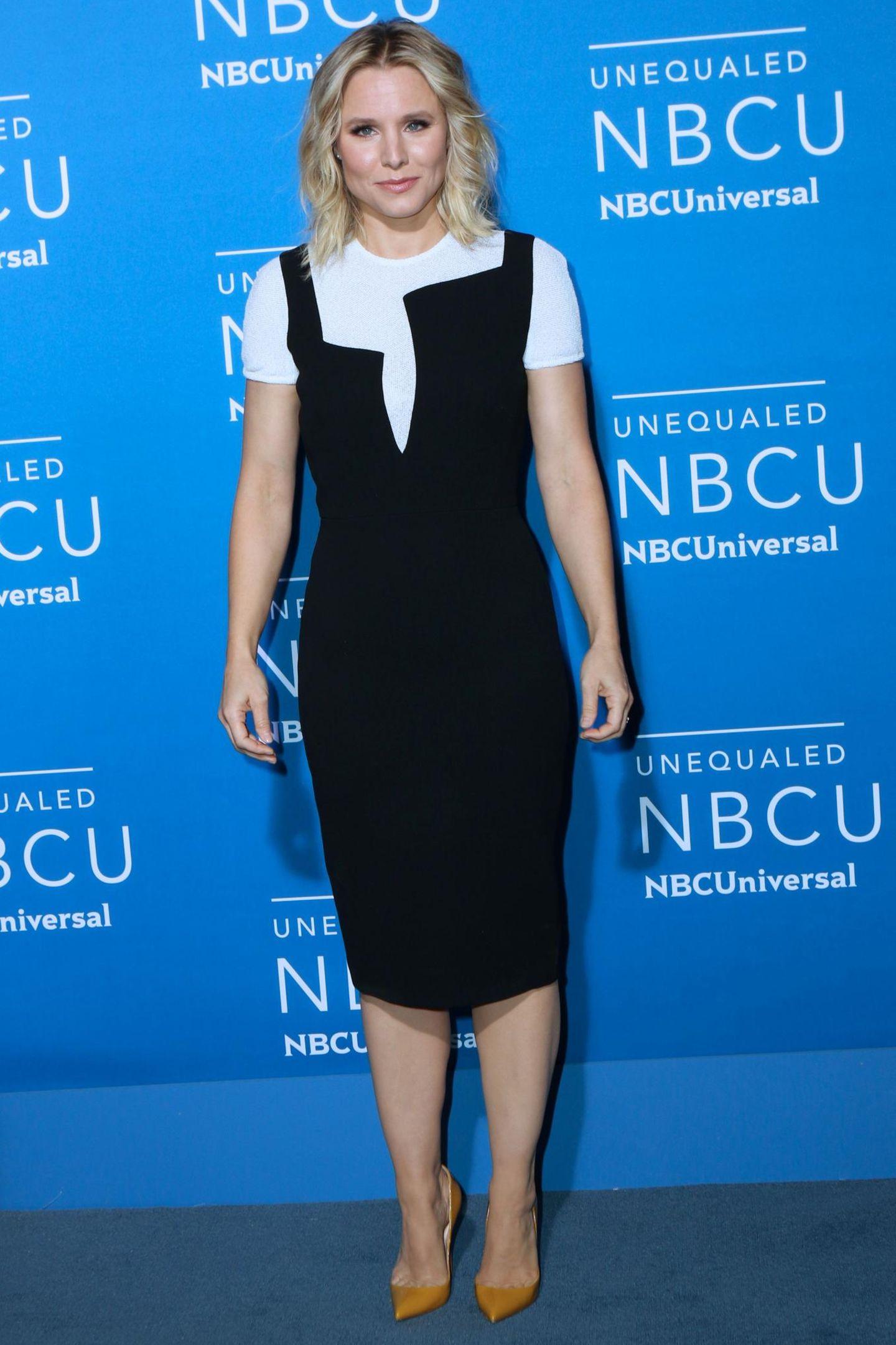 Kristen Bells Kleid sieht wie die längere Variante von Jennifer Hudsons Mini aus. Der etwas variierte Schnitt macht das ganze Outfit aber auch nicht besser.