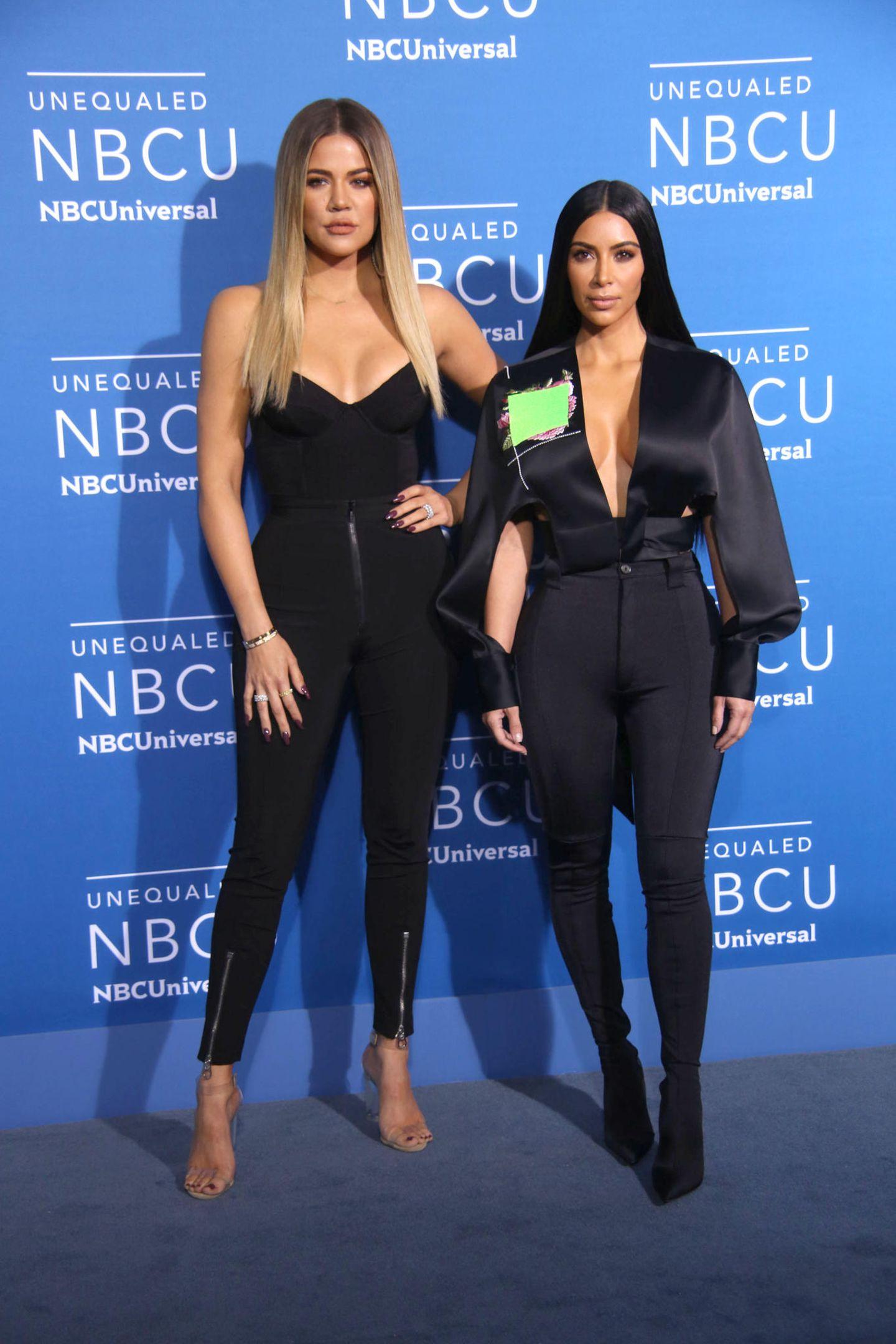 Aufeinander abgestimmt: Khoé und Kim Kardashian tragen beide eine hautenge schwarze Stretchhose zu tiefem Dekolleté.