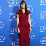 Das bordeauxrote Kleid lässt Jessica Biel dezent strahlen.