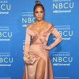 Wer wagt, gewinnt? Mega-sexy zeigt sich wieder einmal Jennifer Lopez den Fotografen. Dabei hätte eins von beidem - entweder Super-Dekolleté oder Extrem-Beinschlitz - auch schon gereicht, um die Aufmerksamkeit auf sich zu ziehen.