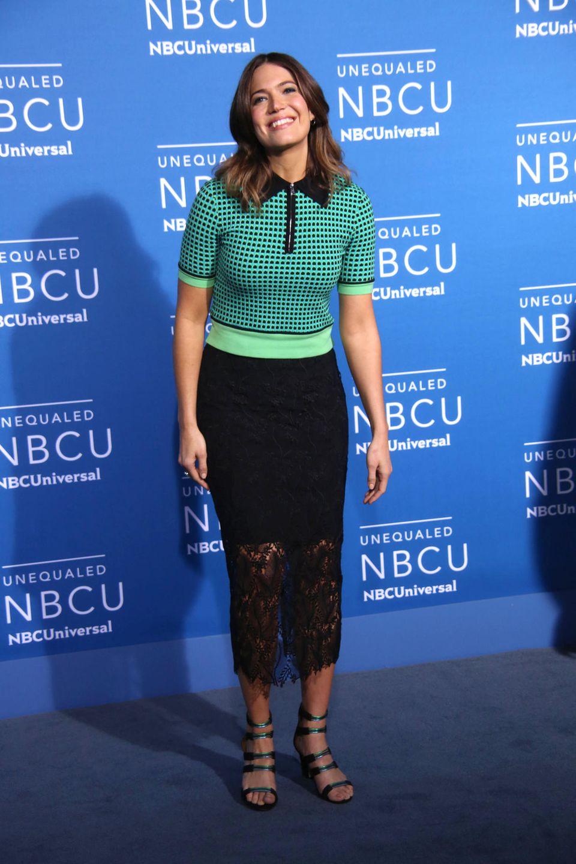 Etwas zu bieder wirkt Mandy Moore in ihrem grünen Hahnentrittpulli zum schwarzen Rock mit lieblosem Spitzenende. Schön, dass die Schauspielerin trotzdem strahlt.