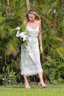 Diesen setzt Margot Robbie auch perfekt um: Sie wählt ein einfaches Midi-Kleid mit blassem Blumenprint und hübschem Spitzensaum. Bei den Accessoires hält sie sich ebenfalls zurück. Ihre Riemchen-Sandaletten fallen kaum auf und auf Schmuck verzichtet sie komplett. Dafür hält sie jedoch einen hübschen Orchideen-Strauß und hat sich Hibiskusblüten ins Haar geflochten. Besonders schön daran: Mit diesen Blickfängen greift sie den Standort der Location - nämlich Hawaii - auf.