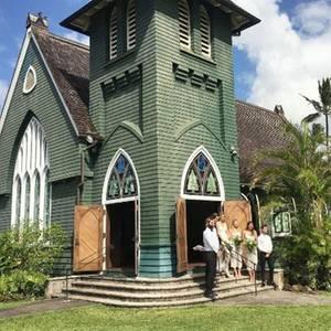 Die kleine, idyllische Kirche auf Hawaii gibt eigentlich schon den Dresscode der Hochzeit vor, bei der Filmstar Margot Robbie Brautjungfer ist. Zu der verträumten Location passt schließlich nichts allzu pompöses. Hier muss ein verträumt romantischer Look her.