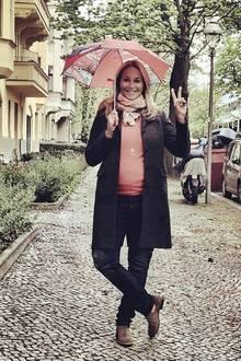 Die Freude über ihre späte, zweite Schwangerschaft steht Caroline Beil ins Gesicht geschrieben. Gut gelaunt posiert die werdende Mama sogar bei Regenwetter.