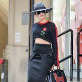 Den Hut und die XXL-Sonnenbrille kombiniert Lady Gaga wenig später zu einem weiteren Hingucker-Outfit, an das man sich erst gewöhnen muss. Neben dem Latzkleid, das sie als Rock trägt, ist die Tasche von Gucci definitiv ein pompöser Blickfang.