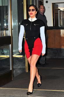 """Am Abend des gleichen Tages geht Lady Gagas Kostüm-Show weiter. Von der Raubkatze verwandelt sie sich in ein Crew-Mitglied von """"Star Trek"""". Beam her up, Scotty!"""