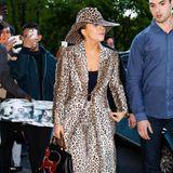Wer den Leo-Look liebt, sollte sich eines merken: Je mehr Raubkatze, umso wilder das Outfit. Daher gilt die Fashion-Regel: Lieber einen Gang zurückschalten und nur ein Stück mit dem Animal-Print tragen. Doch Lady Gaga folgt ihrem ganz eigenen Mode-Gesetz. Bei ihr ist mehr einfach mehr.