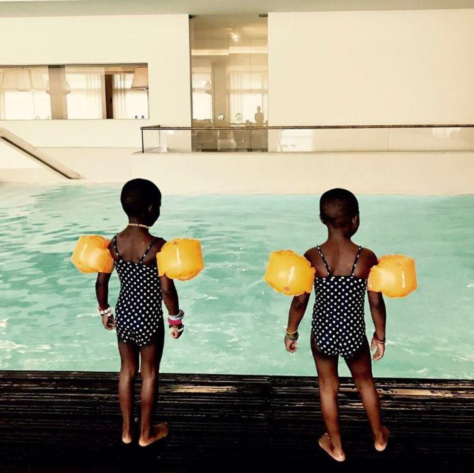 15. Mai 2017  Madonnas Zwillinge sind eine Augenweide. In ihren Pünktchen-Badeanzügen und gelben Schwimmflügeln bringen Stella und Esther etwas Farbe in den grauen Alltag. Die Woche beginnt mit Schwimmunterricht.