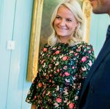 """Mette-Marit strahlt mit ihrem frühlingshaften Look um die Wette. In einem blumigen Kleid hält die Kronprizessin das """"Business for Peace""""-Dinner in Norwegen. Süße Volants und Babydoll-Schnitt machen den Look jung und mädchenhaft."""
