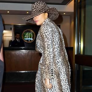 Lady Gaga im Leo-Mantel