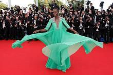 Lupita Nyong'O beschert uns in 2015 einen atemberaubenden Style-Moment auf dem roten Teppich, als sie ihr Kleid von Gucci gekonnt in Szene setzt. Wow!