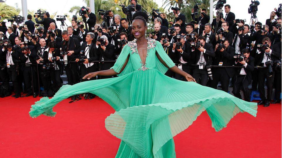 Lupita Nyong'O beschertuns in 2015 einen atemberaubenden Style-Moment auf dem roten Teppich, als sie ihr Kleid von Gucci gekonnt in Szene setzt. Wow!