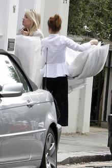 Hier bringen Damen mehrere Kleidersäcke in das Anwesen von Pippa Middleton und James Matthews. Was sich darunter wohl verbirgt?