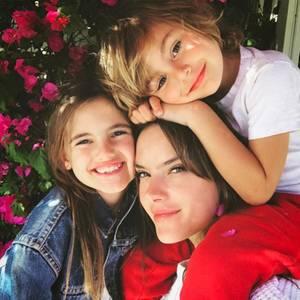 15. Mai 2017  Das ist Liebe. Alessandra Ambrosio verbringt gerne und viel Zeit mit ihren zwei Kindern Anja und Noah. Zum Muttertag gibt es auch dieses bezaubernde Foto für ihre Follower.