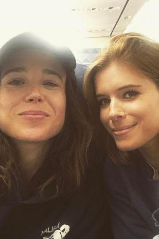 """Ellen Page und Kate Mara   Im Film """"Mercy"""" spielen die Schauspielstars ein lesbisches Paar. Im wahren Leben sind sie Freunde. Ellen Page und Kate Mara grüßen aus dem Flieger."""