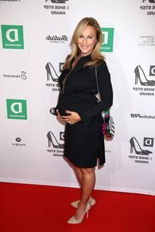 """Stolz präsentiert Caroline Beil ihren kugelrunden Babybauch auf dem Red Carpet der """"Deichmann Shoe Step Awards"""" in Hamburg. Die 50-Jährige ist bereits im neunten Monat schwanger und strahlt über beide Ohren."""