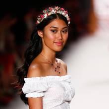 Den Platz hinter Vanessa Fuchsnimmt in 2015 Anuthida Ploypetch ein. Die Zweitplatzierte trumpft mit ihrem exotischen Look und ihren langen Haaren auf.