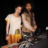 DJ Noah Becker bekommt bei der musikalischen Untermalung des Abends Unterstützung von seiner Freundin Taina Moreno de Oliveira Lagoeiro.
