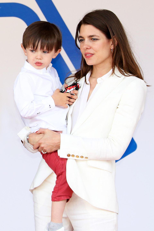 Charlotte Casiraghi, selbst superstylisch im weißen Anzug, hat ihren bezaubernden Sohn Raphaëlfür das Formel-E-Rennen in Monaco mit weißem Oberhemd und roter Hose besonders schick gemacht.