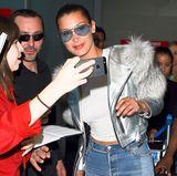Bei ihrer Ankunft am Flughafen steht Bella Hadid für Fotos mit den Fans bereit.