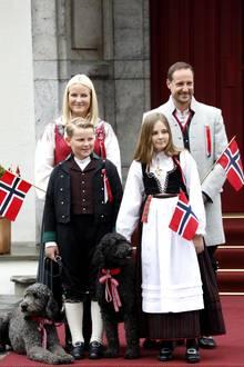 17. Mai 2017  Kronprinzessin Mette-Marit, Kronprinz Haakon, Prinz Sverre Magnus und Prinzessin Ingrid Alexandra begrüßen am norwegischen Nationalfeiertag den Kinderumzug von Asker vor dem königlichen Wohnsitz Skaugum. Mit dabei: ihre beiden Labradoodle Muffins und Milly Kakao.