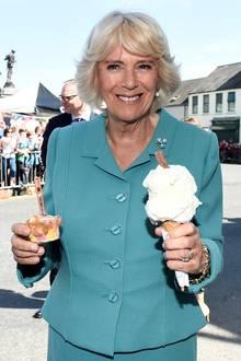 An einem sonnigen Tag gönnt sich auch Herzogin Camilla eine kalte Nachspeise. Bei der Sortenvielfalt hat sie auch alle Hände voll.