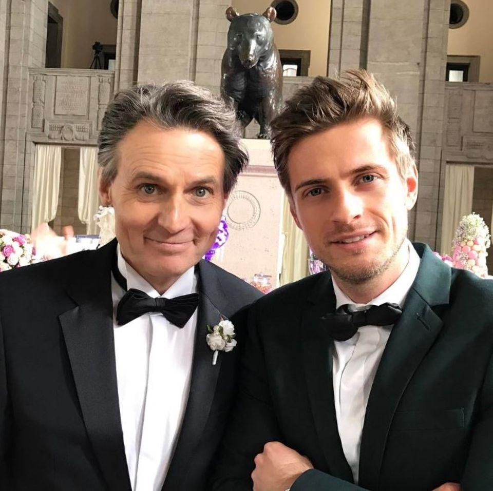 """17. Mai 2017  Wolfgang Bahro und Jörn Schlönvoigt in Partystimmung: Satte 25 Jahre Bestehen feiert die Fernsehserie """"Gute Zeiten, schlechte Zeiten""""."""